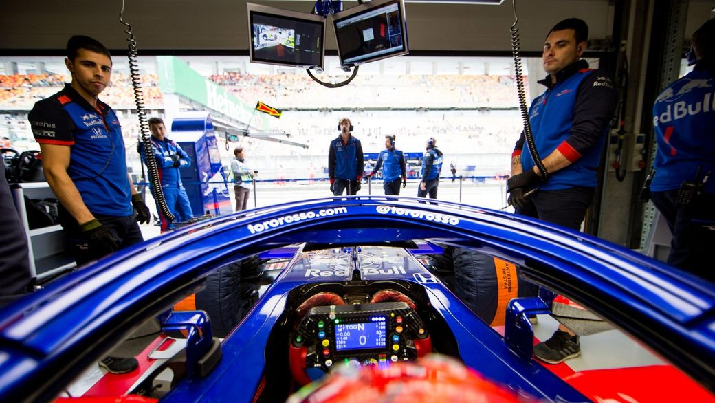 Видео: 24 часа из жизни гонщика Формулы 1 от первого лица