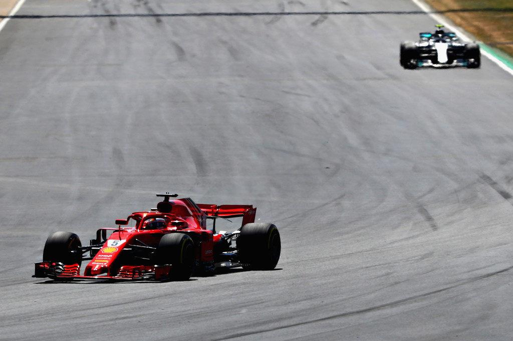Себастьян Феттель лидирует после первой половины дистанции Гран При Великобритании