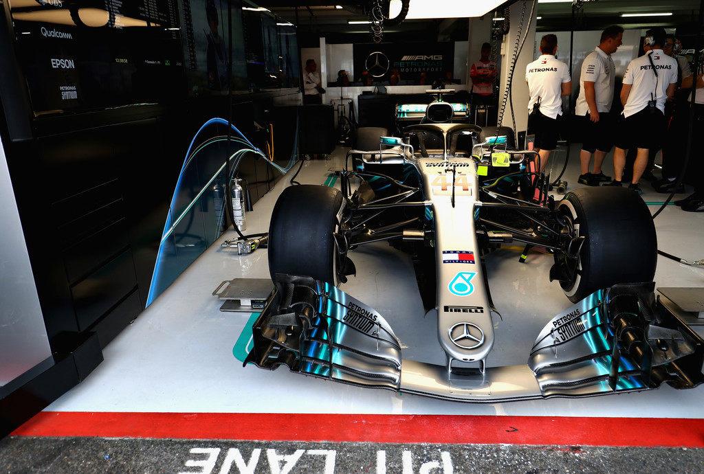 В Mercedes опровергли слухи о недомогании Льюиса Хэмилтона