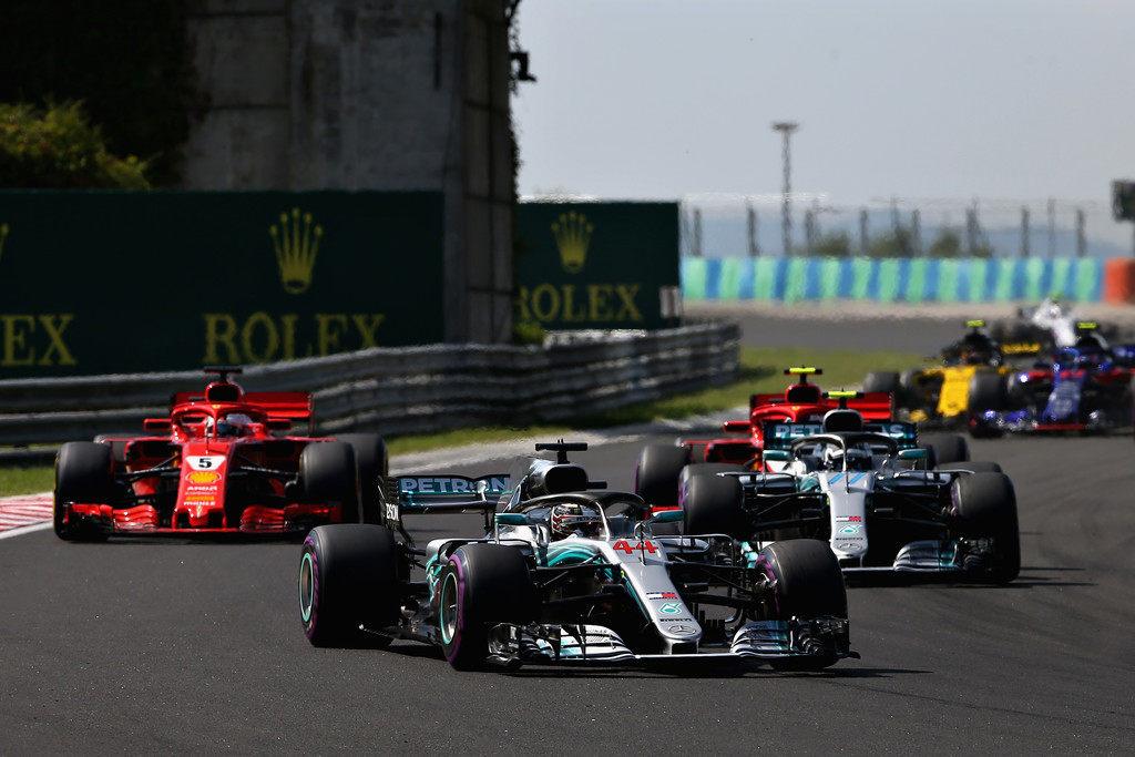 Льюис Хэмилтон лидирует после середины дистанции Гран При Венгрии