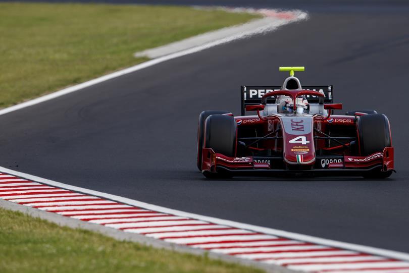 """Ник де Врис выиграл  первую гонку """"Формулы-2"""" в Венгрии, Маркелов стартует с поула в воскресенье"""