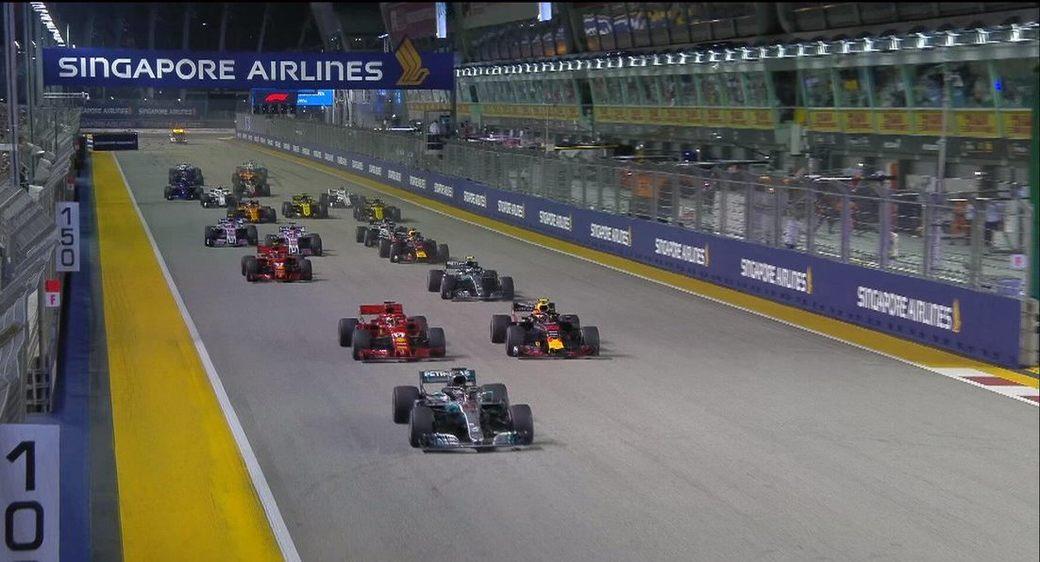 Льюис Хэмилтон сохранил лидерство после старта Гран При Сингапура