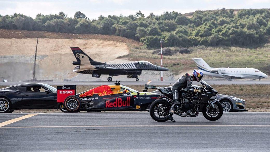 Машина Формулы 1 против самолетов, суперкаров и мотоцикла – кто быстрее?