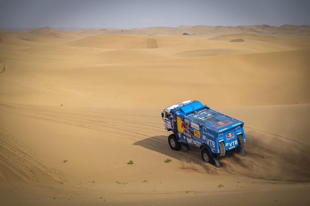 Второй день «Шелкового пути»: гоночный караван среди песков и дюн