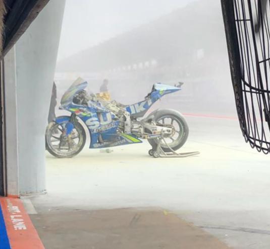 Мотоцикл Алекса Ринса сгорел на пит-лейне в Сепанге