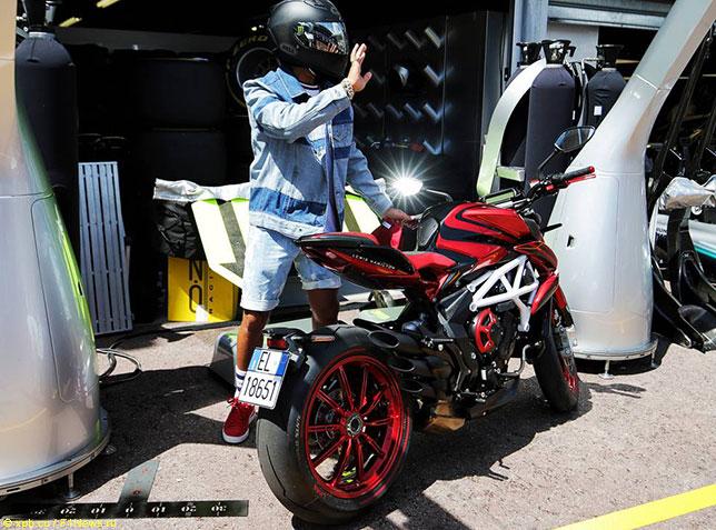 Хэмилтон не пострадал в аварии на тестах Superbike
