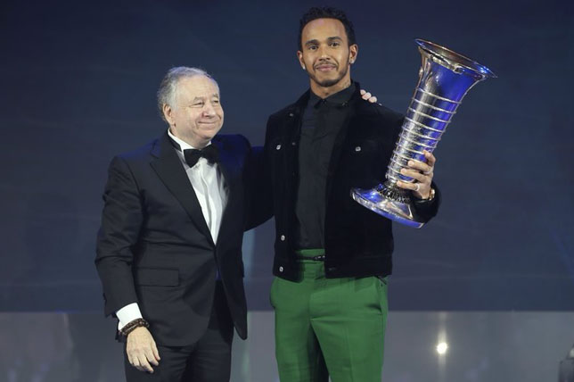 Льюис Хэмилтон получил чемпионский кубок