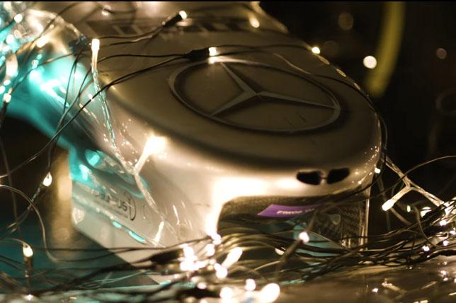 Видео: В Mercedes украсили машину перед праздниками