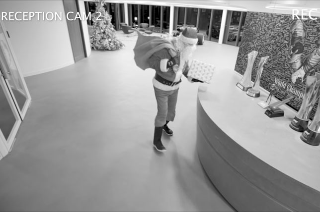 Видео: Санта принес подарки команде Mercedes