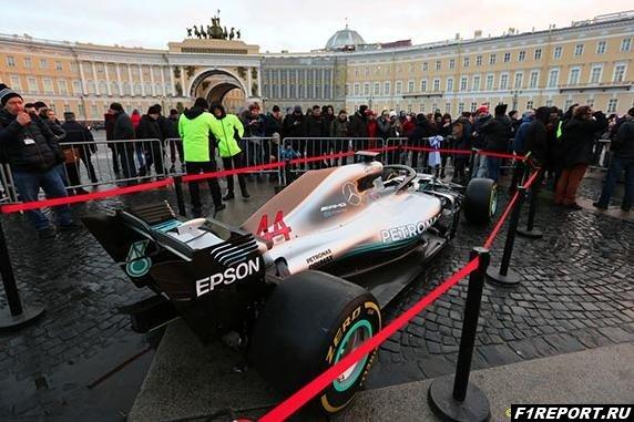 В Санкт-Петербурге на всеобщее обозрение выставили болид Mercedes Хэмилтона