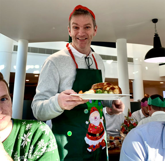 В Mercedes устроили рождественский обед