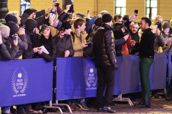 Льюис Хэмилтон раздаёт автографы российским болельщикам перед гала-церемонией FIA в Санкт-Петербурге, фото Александра Романова