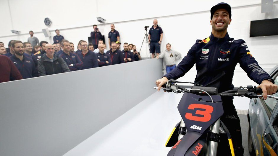 Команда Red Bull попрощалась с Даниэлем Риккардо под песню Spice Girls