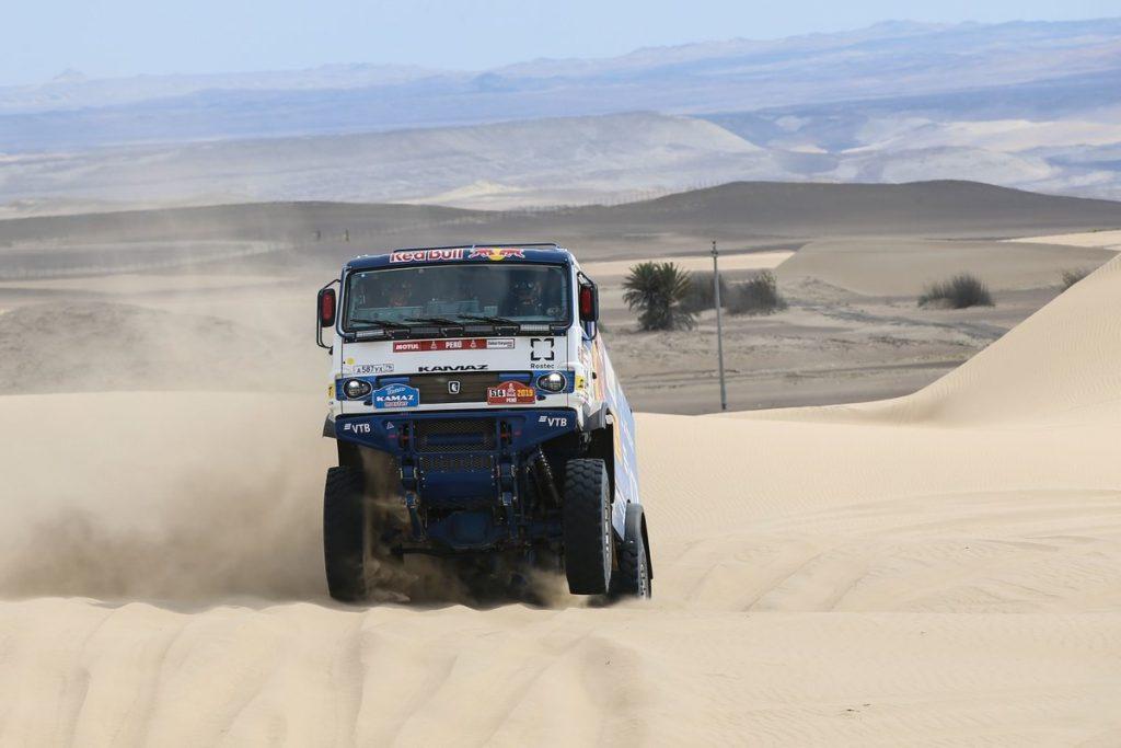 Николаев стал лучшим на втором этапе «Дакара» в зачете грузовиков, Вязович вновь перевернулся