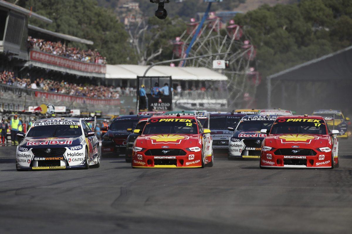 Маклофлин в доминирующем стиле выиграл первую гонку «Суперкарз»