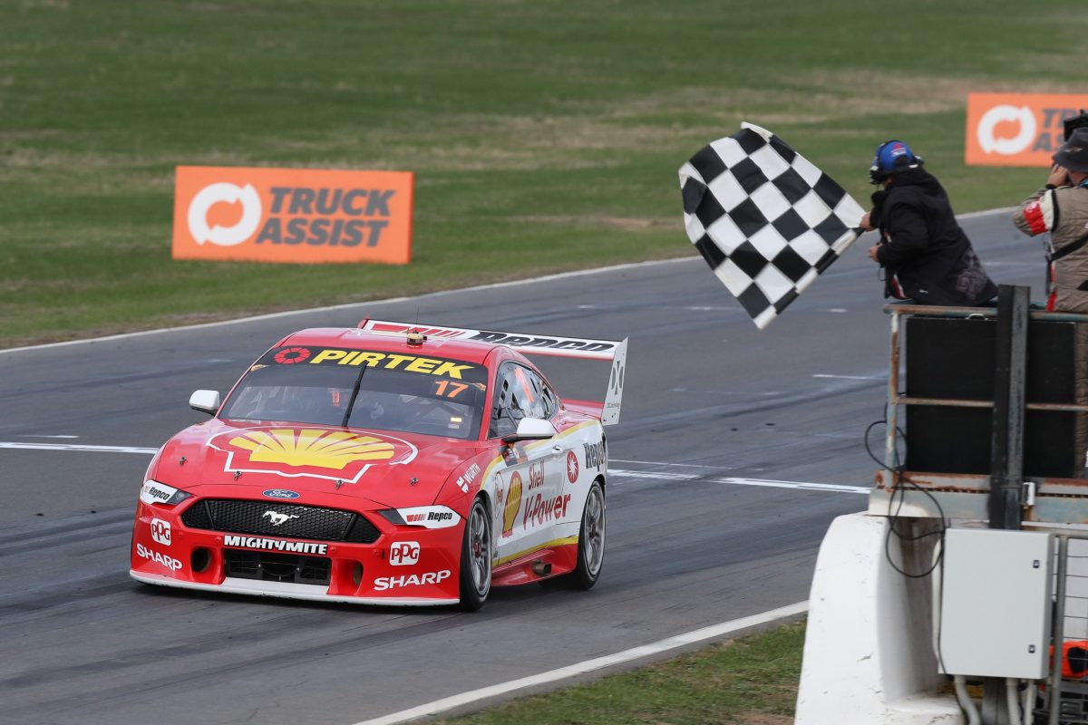 Маклофлин выиграл обе гонки «Суперкарз» в Уинтоне