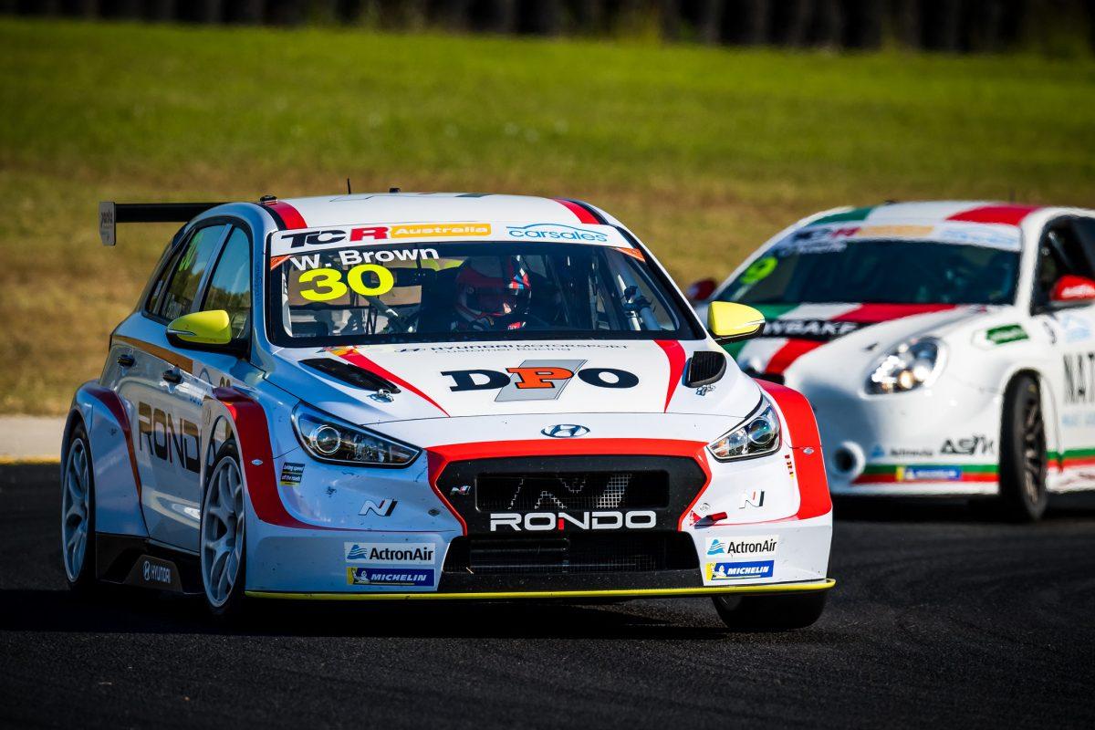 Браун выиграл оставшиеся две гонки первого этапа австралийского ТКР