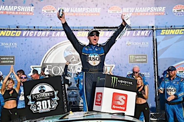 Кевин Харвик одержал первую победу в сезоне, опередив Хэмлина в Нью-Хэмпшире