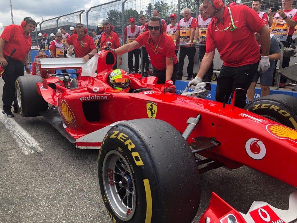 Мик Шумахер провёл показательные заезды за рулём машины отца