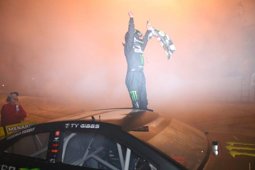 Тай Гиббс в доминирующем стиле победил в гонке серии АРКА