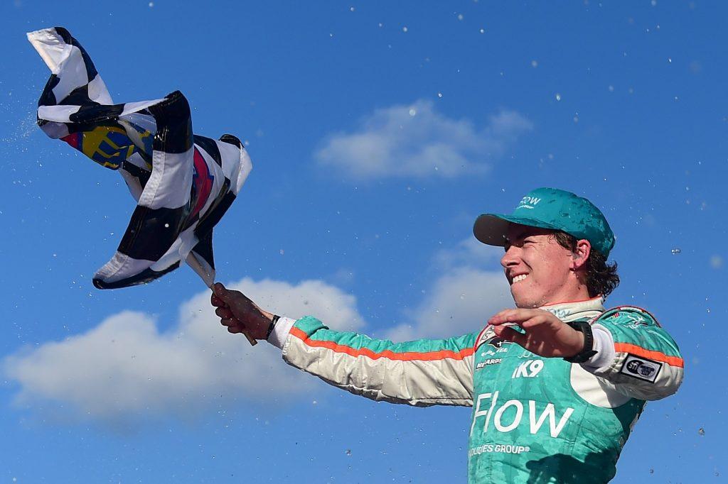 Брэндон Джонс одержал первую победу в «Иксфинити Сериес», победив в Канзасе