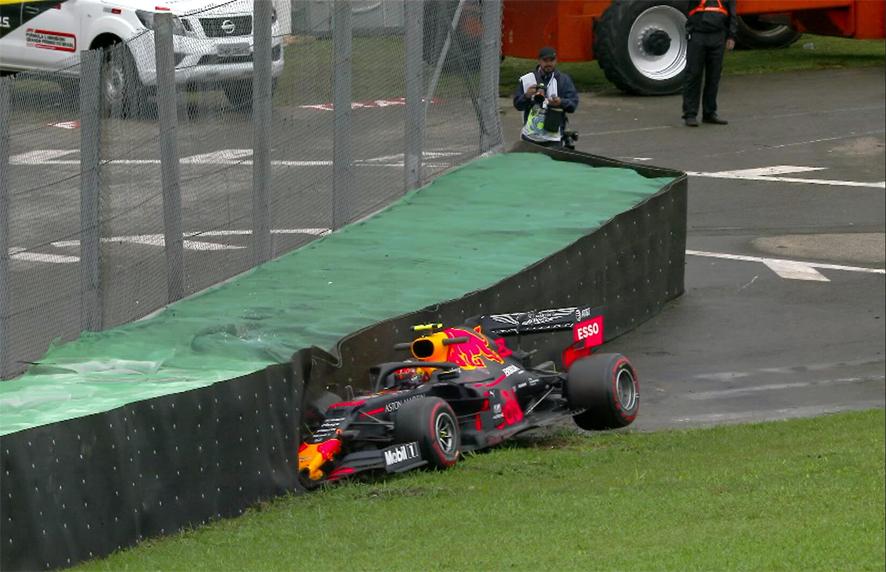 Албон разбил машину, но стал быстрейшим в дождевой тренировке в Бразилии