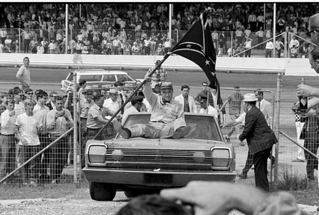 НАСКАР и флаги конфедератов. Как ассоциация прошла путь от катания маскота на капоте автомобиля победителя, до запрета флага КША