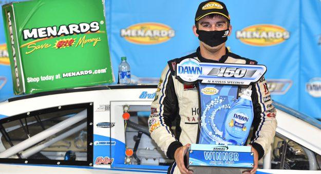 Брет Холмс добился первой победы в карьере, победив гонке серии АРКА в Канзасе