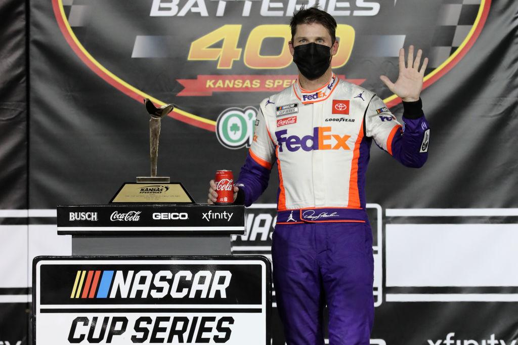 Денни Хэмлин выиграл гонку Кубка НАСКАР в Канзасе