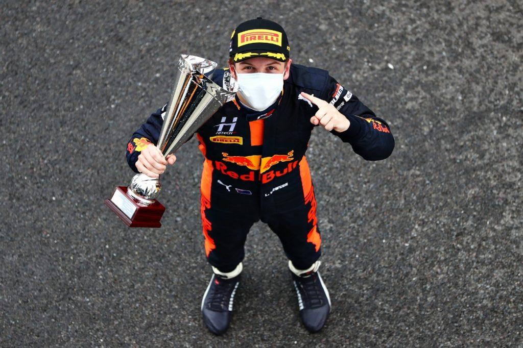 Лоусон выиграл первую гонку Ф3 в Силверстоуне, Смоляр в десятке