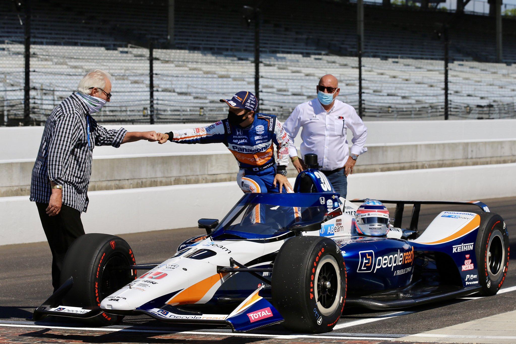 """Лишь двое гонщиков приняли участие в разминке перед воскресной квалификацией """"Инди-500"""""""