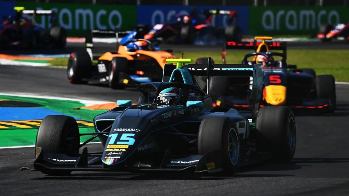 """Джейк Хьюз одержал победу во второй гонке восьмого этапа """"Формулы-3"""""""