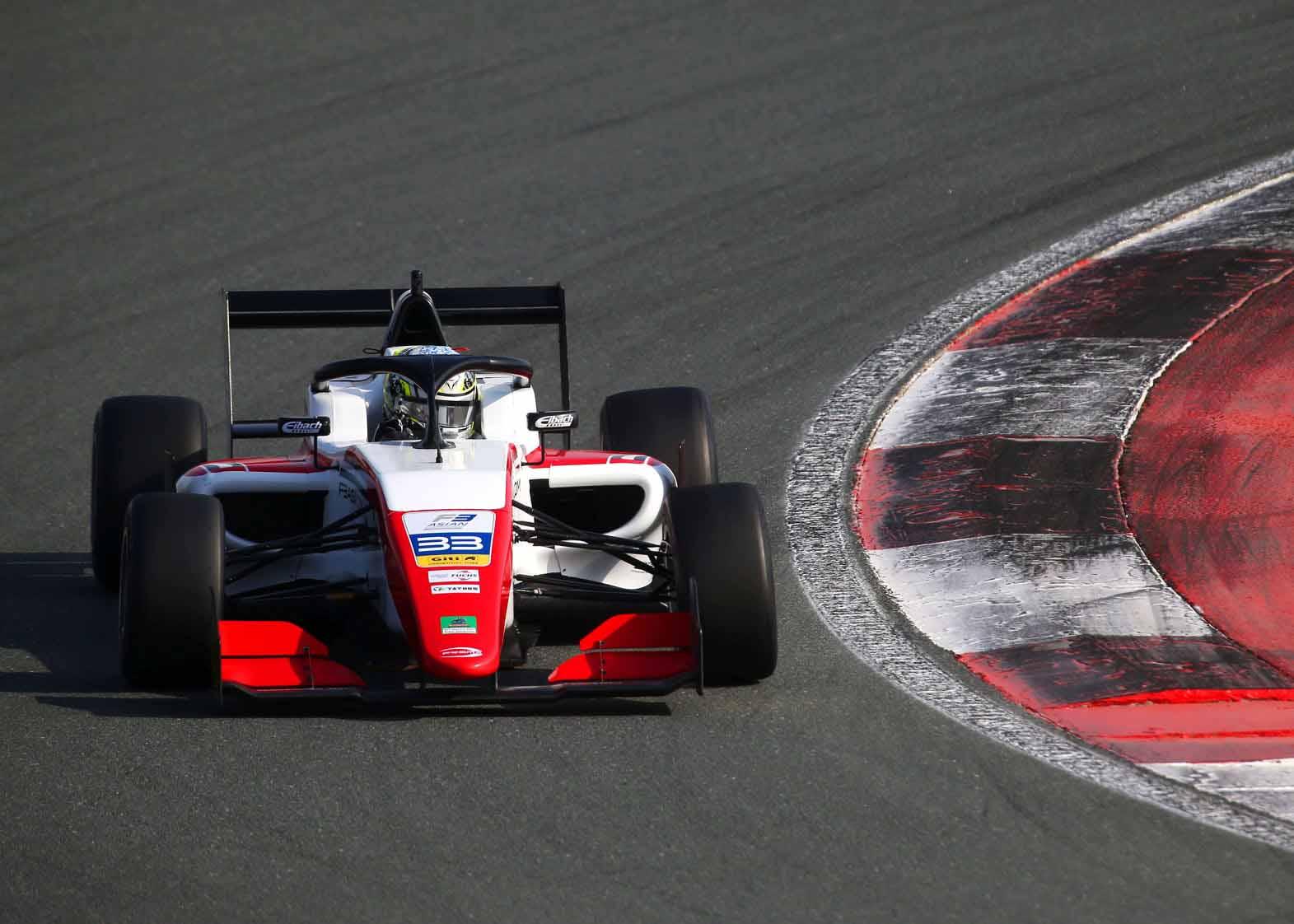"""Чжоу одержал победу в первой гонке азиатской """"Формулы-3"""""""