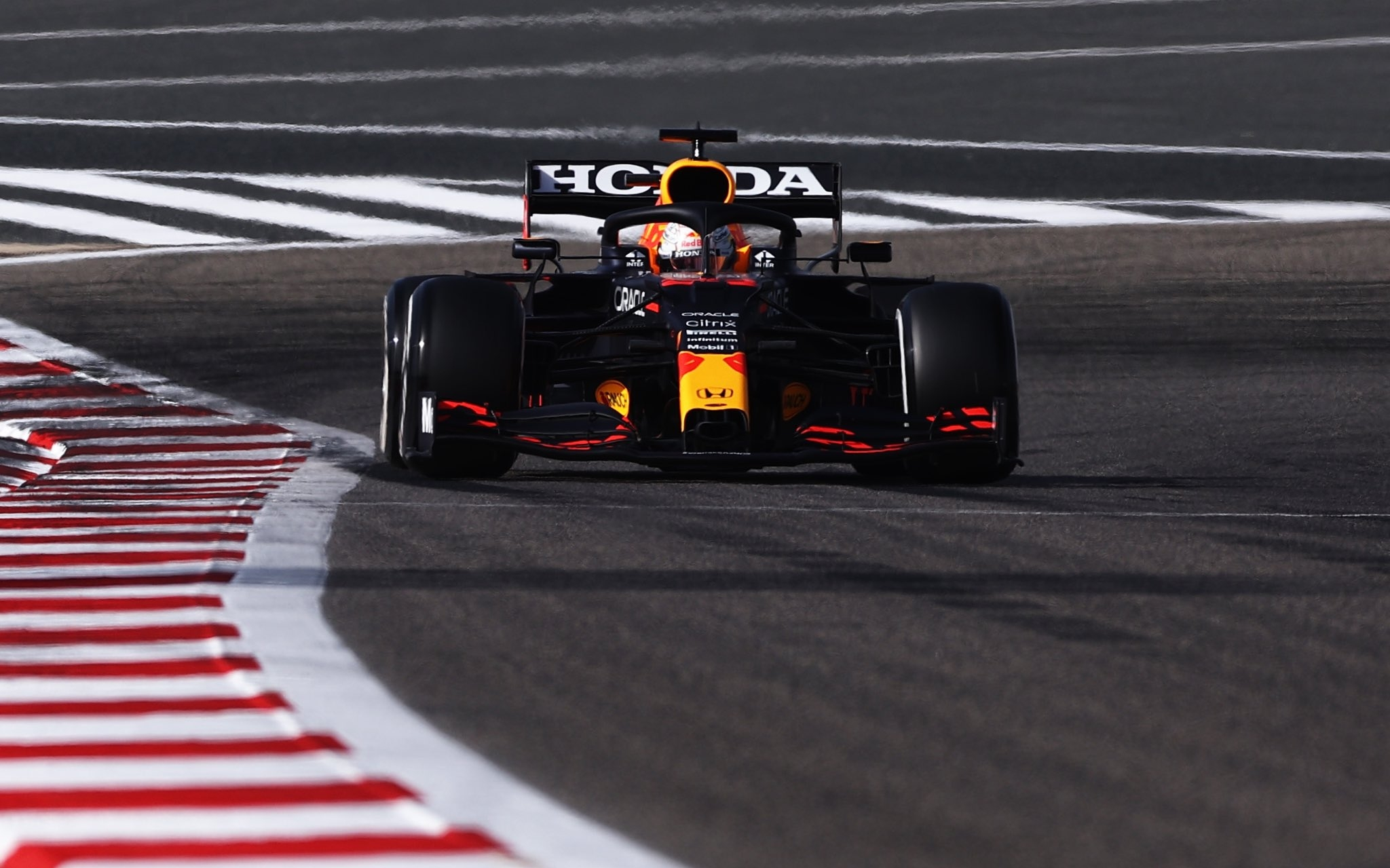 Верстаппен продолжил возглавлять протоколы тренировок Гран-при Бахрейна